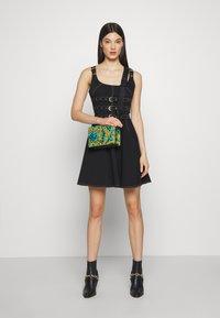 Versace Jeans Couture - LEOPARD BAROQUE - Olkalaukku - frog - 1