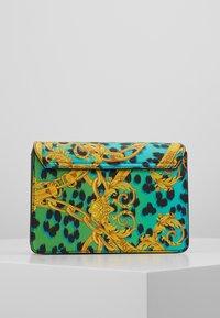 Versace Jeans Couture - LEOPARD BAROQUE - Olkalaukku - frog - 3