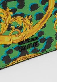 Versace Jeans Couture - LEOPARD BAROQUE - Olkalaukku - frog - 7