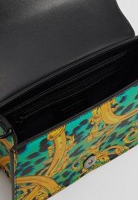 Versace Jeans Couture - LEOPARD BAROQUE - Olkalaukku - frog - 5