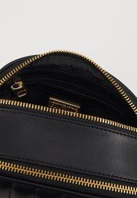 Versace Jeans Couture - QUILTED CAMERA - Taška spříčným popruhem - black - 5