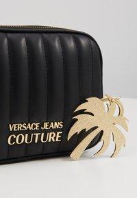 Versace Jeans Couture - QUILTED CAMERA - Taška spříčným popruhem - black - 2
