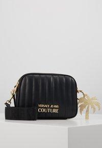 Versace Jeans Couture - QUILTED CAMERA - Taška spříčným popruhem - black - 0