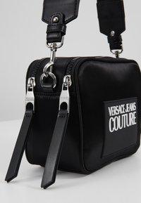 Versace Jeans Couture - TAG CAMERA  - Schoudertas - black - 7