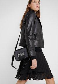 Versace Jeans Couture - TAG CAMERA  - Schoudertas - black - 1