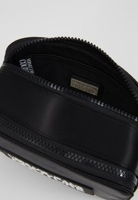 Versace Jeans Couture - TAG CAMERA  - Schoudertas - black - 4