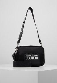 Versace Jeans Couture - TAG CAMERA  - Schoudertas - black - 0