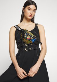 Versace Jeans Couture - BAROQUE PRINTED BUMBAG - Heuptas - multi - 1
