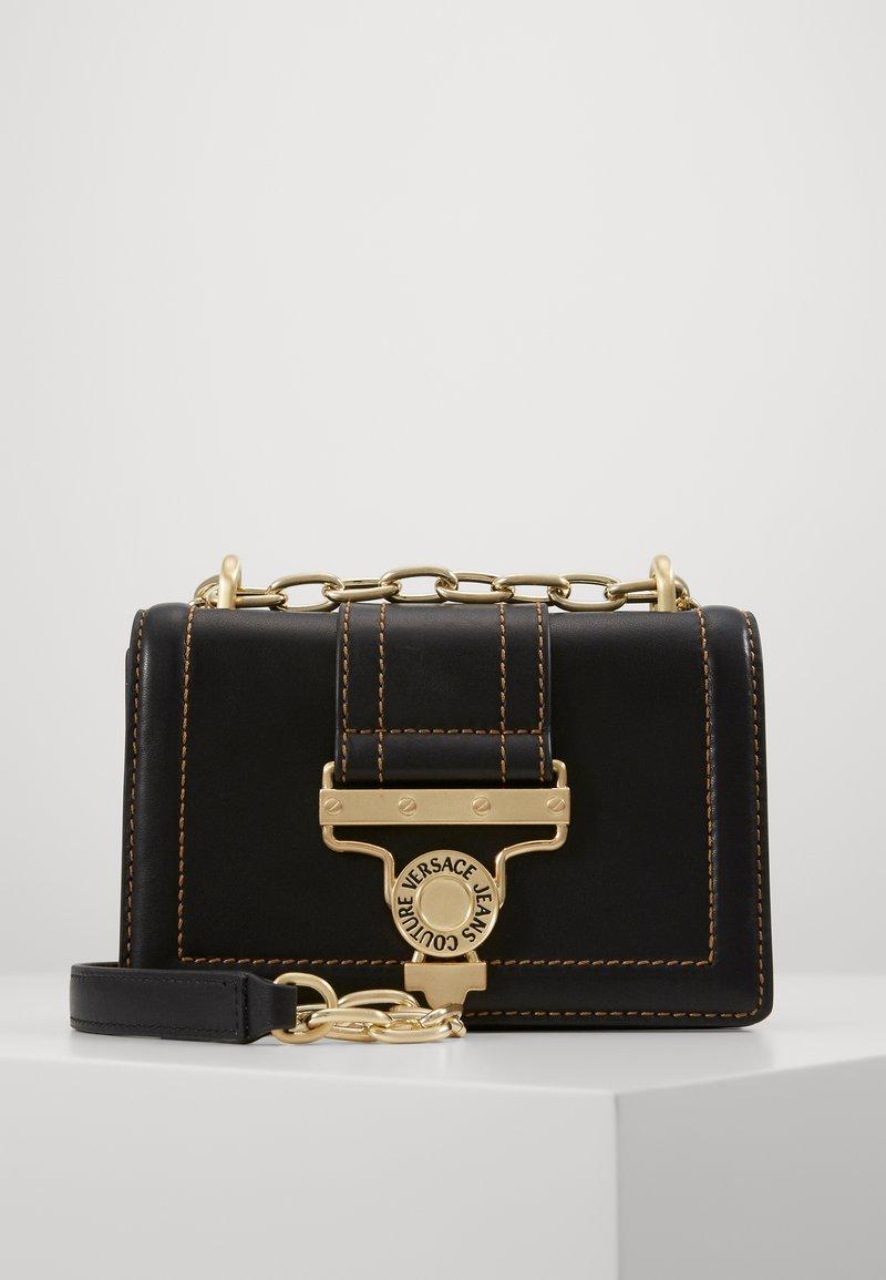 Versace Jeans Couture - MED BUCKLE - Skuldertasker - nero