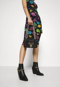 Versace Jeans Couture - MED BUCKLE - Skuldertasker - nero - 1