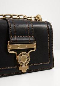 Versace Jeans Couture - MED BUCKLE - Skuldertasker - nero - 5