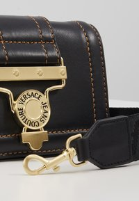 Versace Jeans Couture - BELT BAG BUCKLE - Rumpetaske - nero - 6