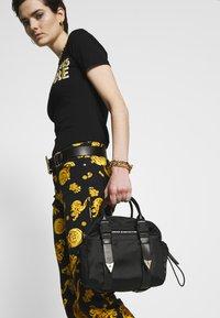 Versace Jeans Couture - GRAB BAG - Sac à main - nero - 1
