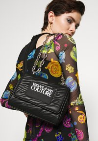 Versace Jeans Couture - QUILTED CHAIN - Sac bandoulière - nero - 1