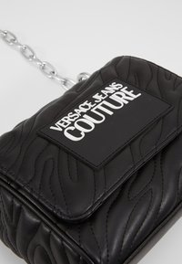 Versace Jeans Couture - QUILTED CHAIN - Sac bandoulière - nero - 6