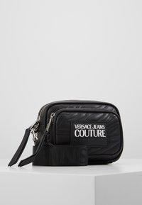 Versace Jeans Couture - QUILTED MINI CAMERA - Taška spříčným popruhem - nero - 0