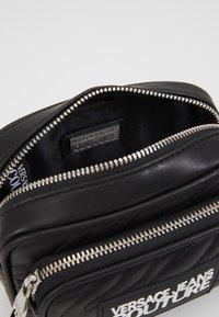 Versace Jeans Couture - QUILTED MINI CAMERA - Taška spříčným popruhem - nero - 4
