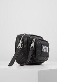 Versace Jeans Couture - QUILTED MINI CAMERA - Taška spříčným popruhem - nero - 3