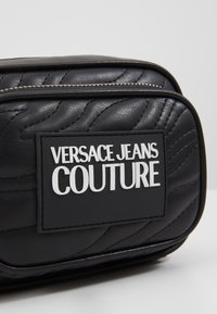Versace Jeans Couture - QUILTED MINI CAMERA - Taška spříčným popruhem - nero - 6