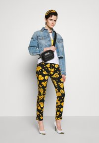 Versace Jeans Couture - QUILTED MINI CAMERA - Taška spříčným popruhem - nero - 1