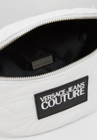 Versace Jeans Couture - QUILTED BELT BAG - Marsupio - bianco - 3