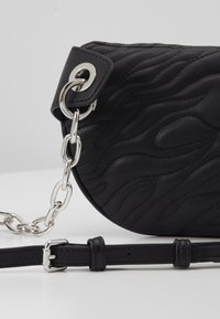 Versace Jeans Couture - QUILTED BELT BAG - Ledvinka - nero - 5