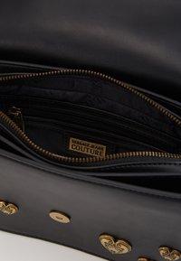 Versace Jeans Couture - BAROQUE LRG XB HEARTS - Sac bandoulière - nero - 4