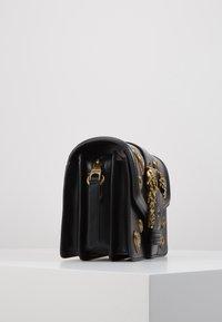 Versace Jeans Couture - BAROQUE LRG XB HEARTS - Sac bandoulière - nero - 3