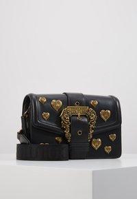 Versace Jeans Couture - BAROQUE LRG XB HEARTS - Sac bandoulière - nero - 0