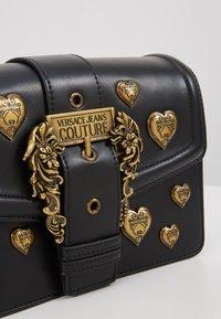 Versace Jeans Couture - BAROQUE LRG XB HEARTS - Sac bandoulière - nero - 6