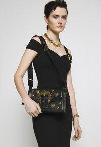 Versace Jeans Couture - BAROQUE LRG XB HEARTS - Sac bandoulière - nero - 1