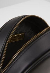 Versace Jeans Couture - CIRCLE BAG HEARTS - Skuldertasker - nero - 4