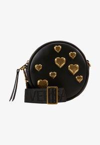 Versace Jeans Couture - CIRCLE BAG HEARTS - Skuldertasker - nero - 1