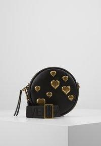 Versace Jeans Couture - CIRCLE BAG HEARTS - Skuldertasker - nero - 0