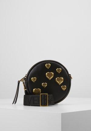 CIRCLE BAG HEARTS - Torba na ramię - nero