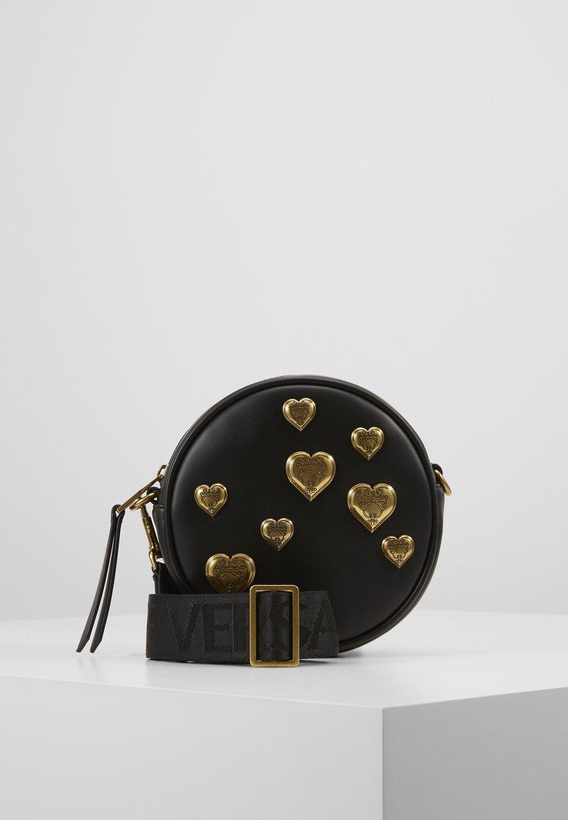 Versace Jeans Couture - CIRCLE BAG HEARTS - Skuldertasker - nero