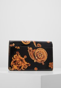 Versace Jeans Couture - PATENT FLAPOVER BAROQ - Borsa a tracolla - nero/oro - 2