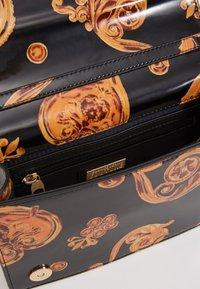Versace Jeans Couture - PATENT FLAPOVER BAROQ - Borsa a tracolla - nero/oro - 4