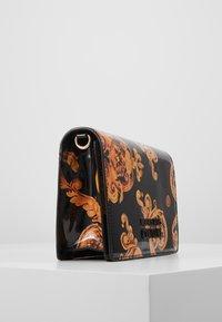 Versace Jeans Couture - PATENT FLAPOVER BAROQ - Borsa a tracolla - nero/oro - 3