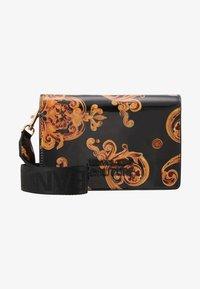 Versace Jeans Couture - PATENT FLAPOVER BAROQ - Borsa a tracolla - nero/oro - 5