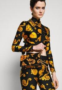Versace Jeans Couture - PATENT FLAPOVER BAROQ - Borsa a tracolla - nero/oro - 1