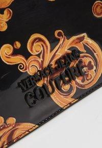 Versace Jeans Couture - PATENT FLAPOVER BAROQ - Borsa a tracolla - nero/oro - 6