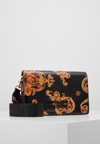 Versace Jeans Couture - PATENT FLAPOVER BAROQ - Borsa a tracolla - nero/oro - 0