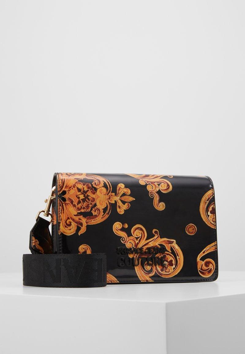 Versace Jeans Couture - PATENT FLAPOVER BAROQ - Borsa a tracolla - nero/oro