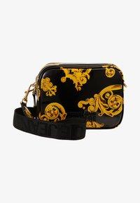 Versace Jeans Couture - PATENT BAROQ CAMERA - Across body bag - nero/oro - 6
