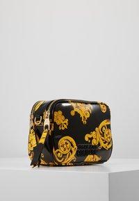 Versace Jeans Couture - PATENT BAROQ CAMERA - Taška spříčným popruhem - nero/oro - 2