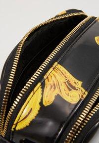 Versace Jeans Couture - PATENT BAROQ CAMERA - Taška spříčným popruhem - nero/oro - 5