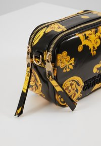 Versace Jeans Couture - PATENT BAROQ CAMERA - Taška spříčným popruhem - nero/oro - 4
