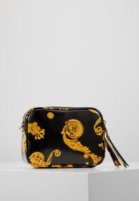 Versace Jeans Couture - PATENT BAROQ CAMERA - Taška spříčným popruhem - nero/oro - 3