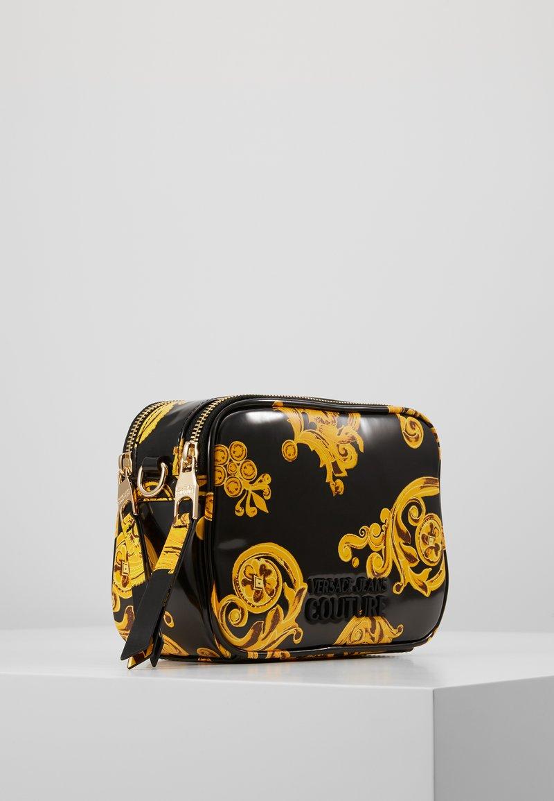Versace Jeans Couture - PATENT BAROQ CAMERA - Taška spříčným popruhem - nero/oro